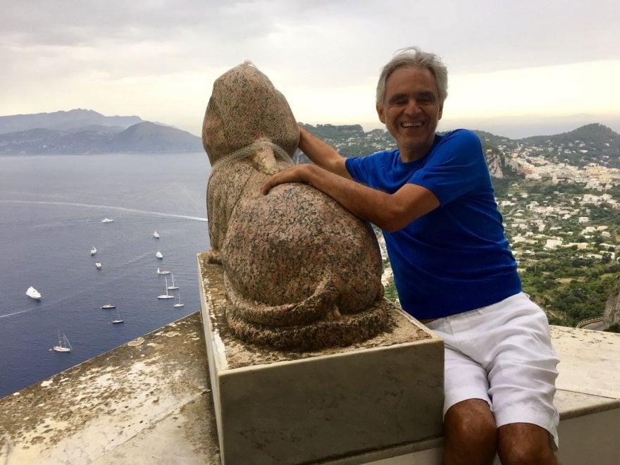Andrea Bocelli rapito dalla bellezza di Villa San Michele ad