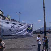 Migranti, striscione Fdi a Napoli: