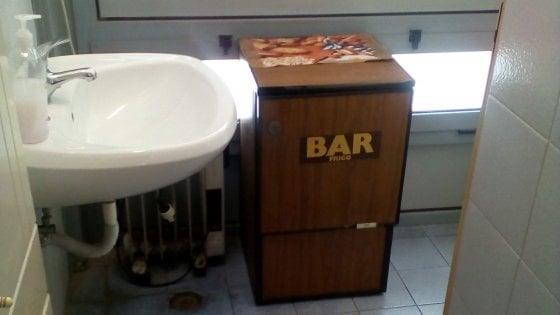 Pianura un bar nel bagno dei disabili negli uffici comunali