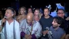 "Quincy Jones intona    ""We Are the World"""