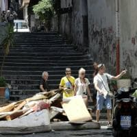 Quartieri Spagnoli, ingombranti per strada da un mese: i residenti bloccano via Montecalvario