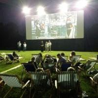 Sedie a sdraio e stuoie per il cinema all'aperto nel Bosco di Capodimonte