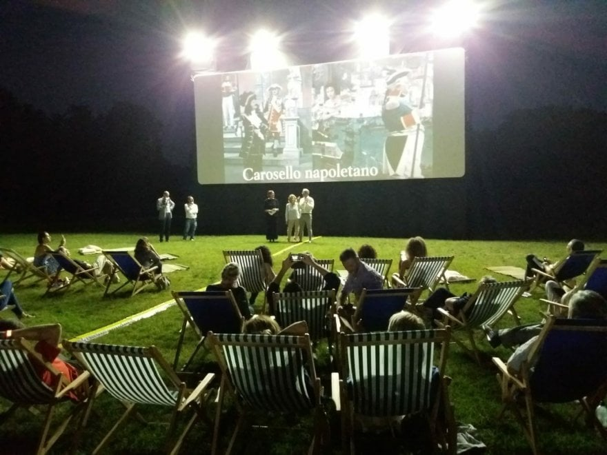 Sedie A Sdraio Napoli.Sedie A Sdraio E Stuoie Per Il Cinema All Aperto Nel Bosco Di