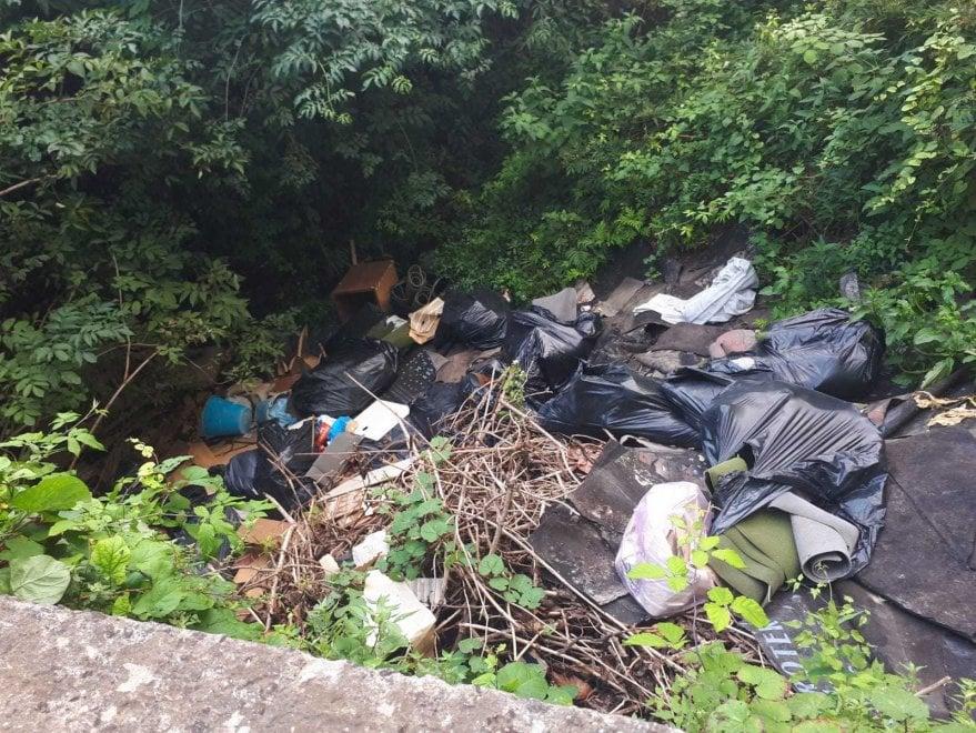 Sversamenti abusivi a Castellammare, spunta una discarica in una curva di via Fratte