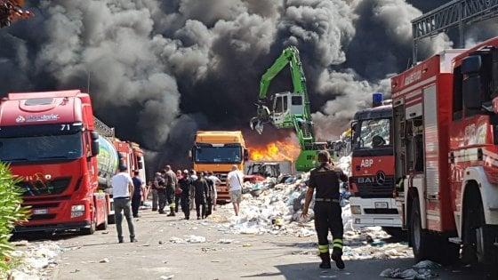 Colonna di fumo nella Terra dei fuochi: in fiamme azienda che recupera plastica