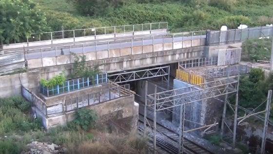 Abbattuto ponte in disuso sulla linea ferroviaria Napoli-Foggia