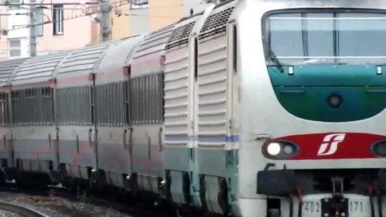 Salerno, sul treno senza biglietto aggreisce e sputa al ...