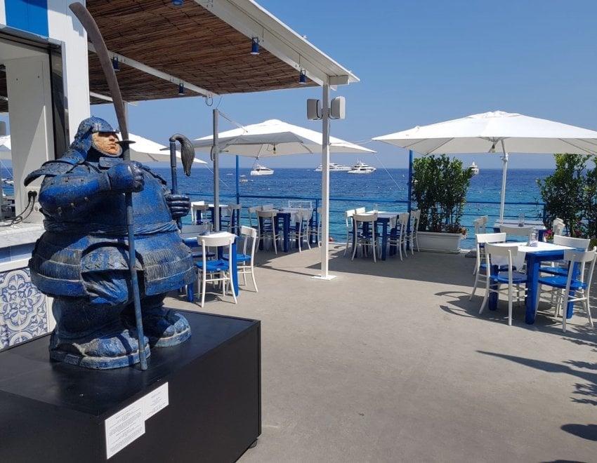 Arte a Capri, un samurai accoglie i visitatori sbarcati a Marina Grande