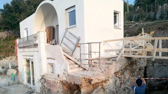 Anacapri: sbancano terreno e roccia e tagliano ulivi all'altezza della Grotta Azzurra