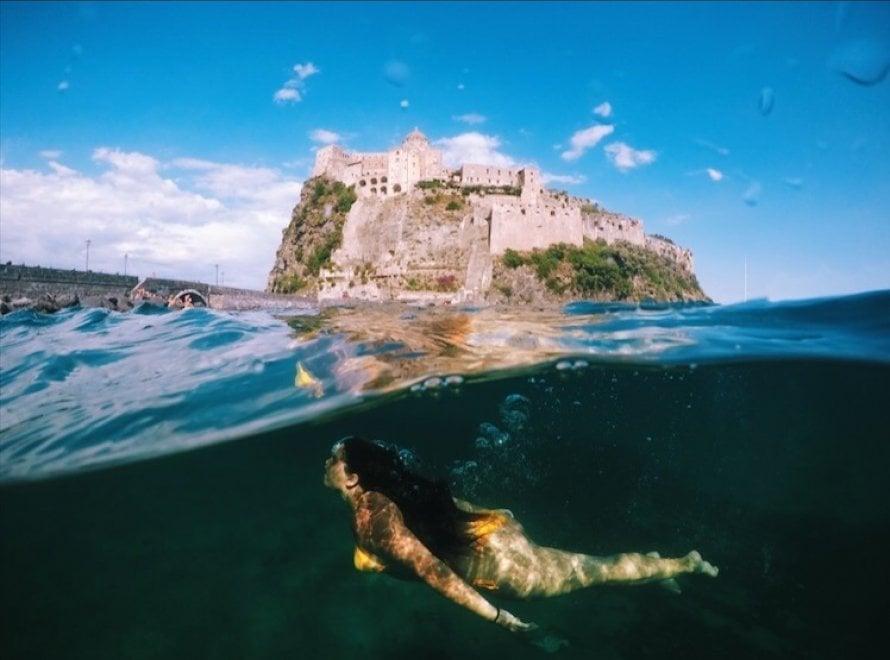 Ischia: in immersione sotto al Castello, la foto che conquista Instagram