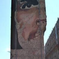 Jorit torna a Napoli e disegna Che Guevara sulle case popolari a Taverna del Ferro
