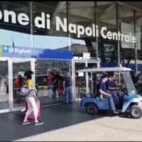 Ha un arresto cardiaco alla stazione di Napoli, salvato dal defibrillatore