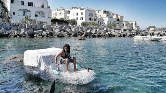 """Ischia, in barca su 600 bottiglie di plastica: """"Zero rifiuti"""