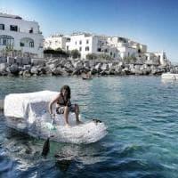 """Ischia, in barca su 600 bottiglie di plastica: """"Zero rifiuti, ce lo chiede"""