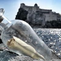 Ischia, tra le onde l'inno d'amore in lituano affidato a un messaggio in bottiglia