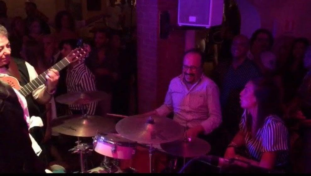 """Capri, vip all'""""Anema e core"""": Casagrande suona la batteria, Melissa Bolona canta"""