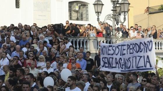 Crollo ponte Genova, denuncia contro ignoti dei familiari di due vittime di Torre del Greco