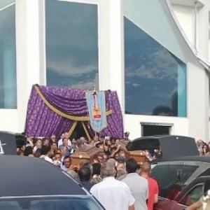 """""""La piccola Chiara si è svegliata dal coma"""", emozione ai funerali dei coniugi napoletani morti nel Pollino"""