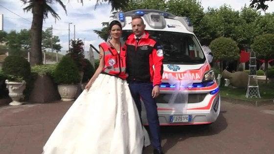 Matrimonio In Ambulanza : Lo sposo arriva in ambulanza polemiche sui social repubblica