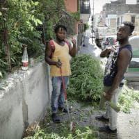 Bagnoli, i migranti puliscono le strade, ma il quartiere si divide
