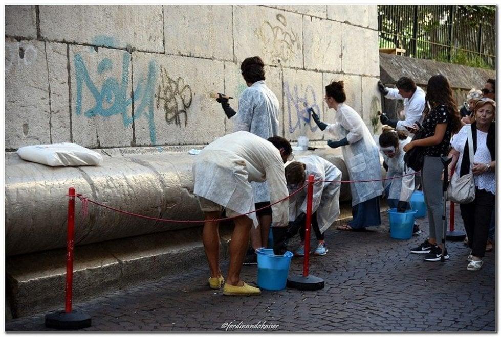 Santa Chiara, volontari ripuliscono il campanile vandalizzato dalle scritte