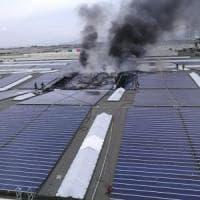 Un incendio ai pannelli fotovoltaici sul tetto dello stabilimento coca cola di Marcianise