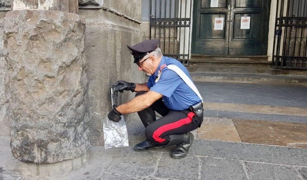"""Napoli: i carabinieri trovano 2 pistole abbandonate fuori al teatro """"San Carlo"""""""