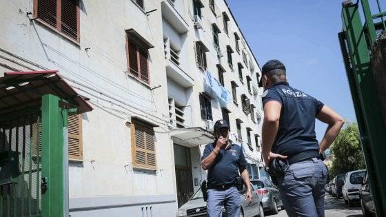 Napoli, la polizia spara colpi in aria per bloccare un fuggitivo. La gente protesta