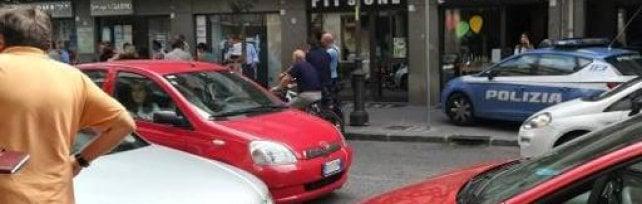 Prende a martellate l'ex convivente:  la gente per strada interviene e salva la donna  Choc nel centro di Avellino