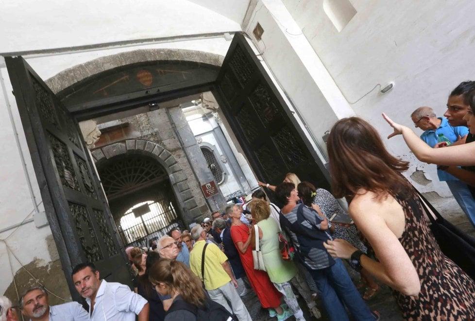 Completato restauro del portone di Palazzo Diomede Carafa a Napoli