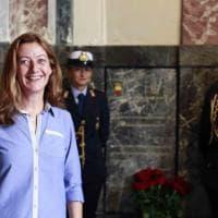 La giornalista maltese Caroline Muscat depone i fiori sulla tomba di Eleonora Pimentel Fonseca