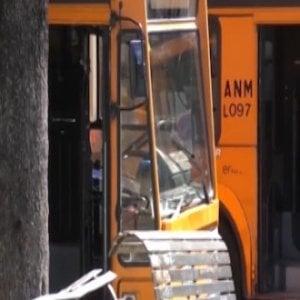Un sasso contro il finestrino di un bus a Napoli: paura ma nessun ferito