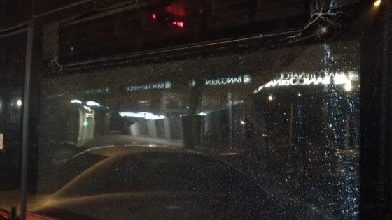 Vandali in azione, bus preso a sassate alla Riviera di Chiaia