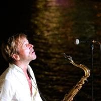 Festa d'estate al beach club di Posillipo con il sax di Steve Norman