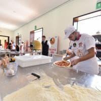Pizza, a Napoli la sfida dei cento pizzaioli