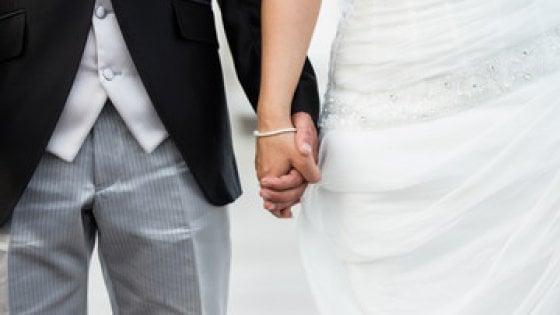 Sposo scappa con i soldi delle buste, rissa ad un matrimonio a Torre del Greco