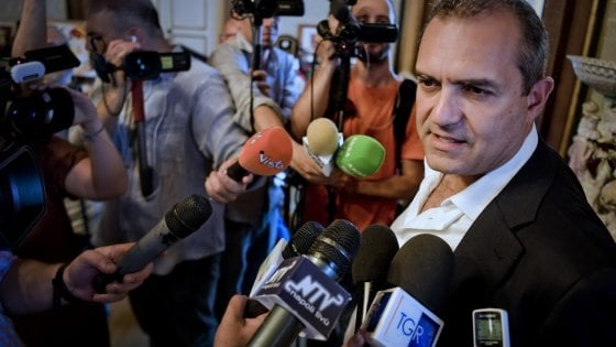 """Il sindaco di Napoli attacca il decreto sicurezza: """"E' un'onda nera"""""""