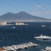 Napoli, lo spettacolo del Vespucci nel golfo
