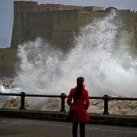 Maltempo, forte vento e ancora collegamenti a singhiozzo nel golfo di Napoli