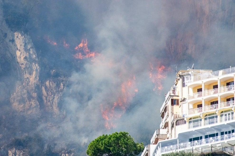 Fiamme in costiera, a fuoco il versante nord-est di Amalfi