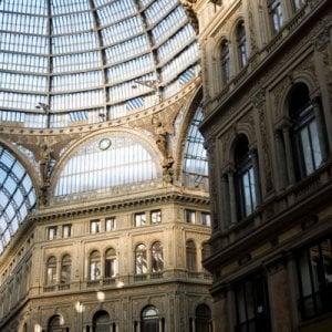 Paura davanti alla Galleria Umberto, cadono calcinacci su via Toledo
