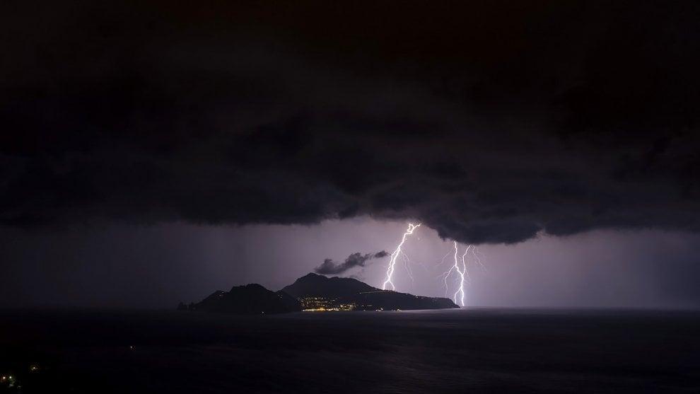 Fulmini sull'isola, Capri e la foto perfetta che racconta il temporale