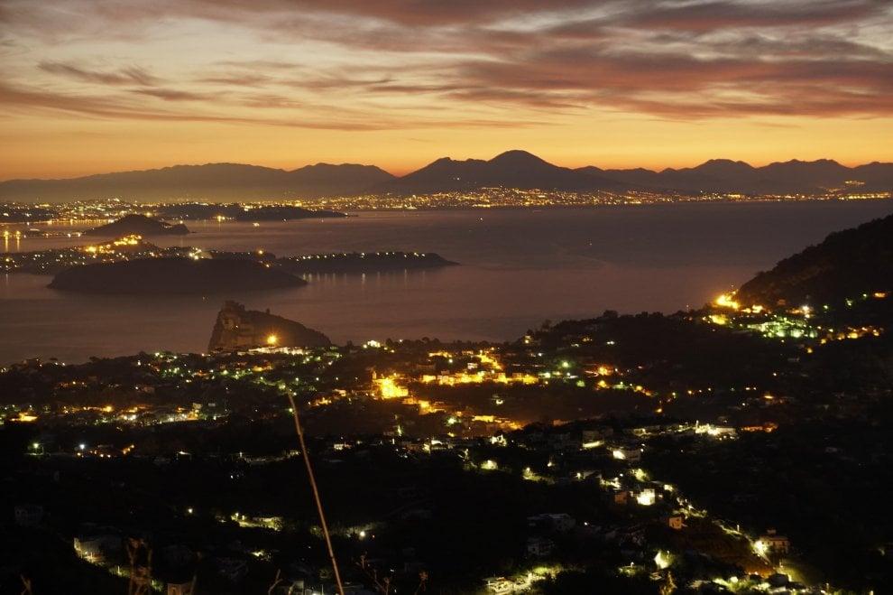 Ischia, la meraviglia dell'alba con vista sul golfo di Napoli