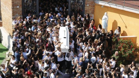 """""""Giustizia per Lello"""", magliette bianche e foto ai funerali del giovane calciatore ucciso"""