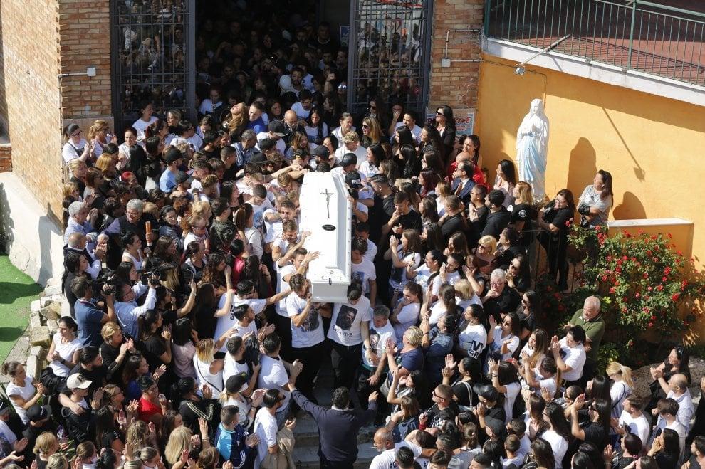Miano, striscioni, t-shirt bianche e palloncini per il 21enne ucciso da un conoscente