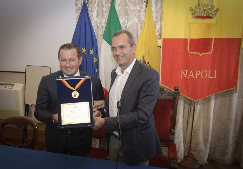 Napoli, al patron della Carpisa la targa del Comune