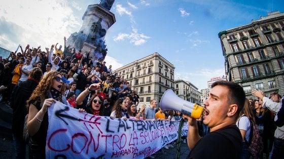 Tremila studenti in piazza a Napoli: slogan contro Salvini e Di Maio