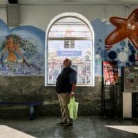 Napoli: a Bagnoli i writers ridisegnano le pareti della stazione della Cumana