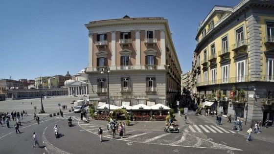 Lo storico caffè Gambrinus di Napoli non fa entrare una cieca con il cane: multa da 833 euro
