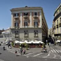 Lo storico caffè Gambrinus di Napoli non fa entrare una cieca con il cane: multa da 833...